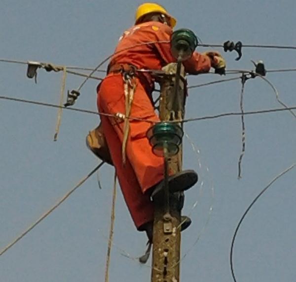 Des techniciens de la SEEG à l'oeuvre © archives Gabonactu.com