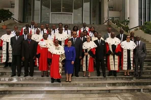 les membres de la Cour des comptes et le bureau du Sénat dont sa présidente en première ligne