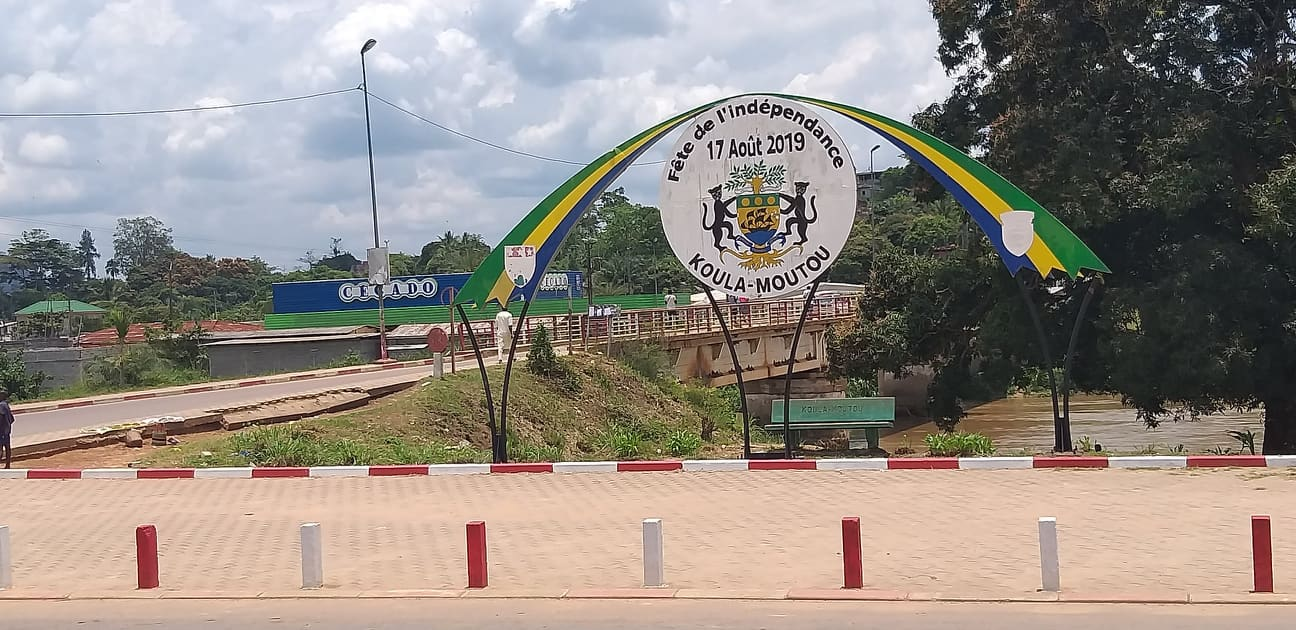 Place des fêtes de Koula Moutou, l'une des villes victimes des pénuries de carburant