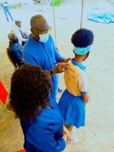 Le Ministre de l'Agriculture, Biendi Maganga Moussavou dédicaçant une bachelière © Com YN