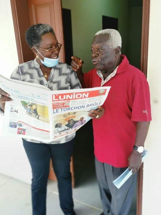 Le président fondateur du CLR, Jean Boniface Assélé, donnant les directives au Délégué général du CLR Dr Nicole Assélé le 1er septembre au siège du parti à Libreville © Com CLR