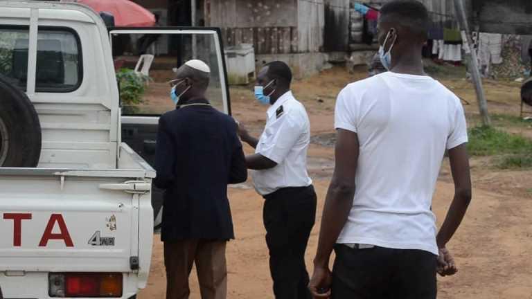Le leader de l'église Béthsaïda, l'archevêque Jean Baptiste Moulacka en train d'être embarqué dans un véhicule de police après son interpellation ce 27 septembre à Libreville © Gabonactu.com