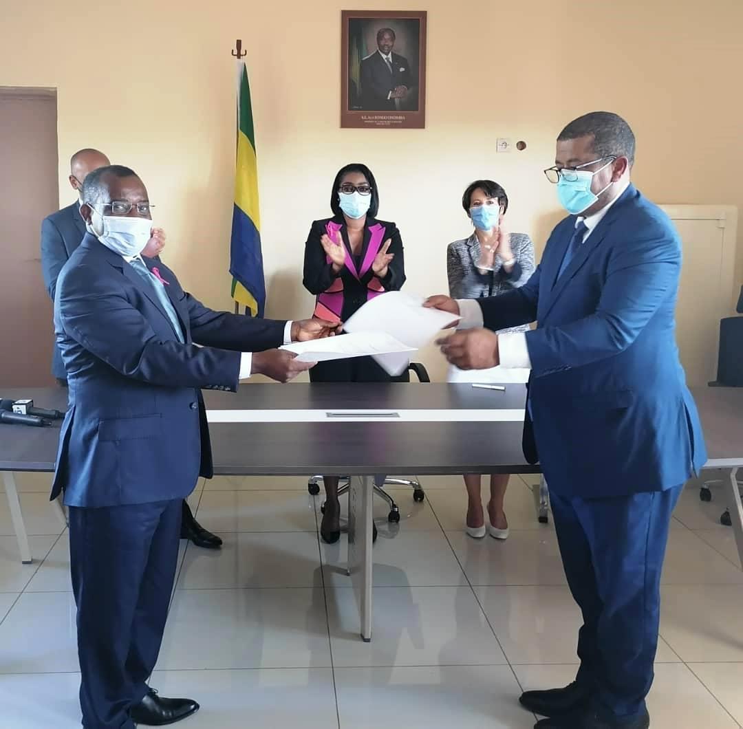 Le Ministre des Mines Vincent de Paul Massassa (gauche) échangeant les documents avec l'ADG de Comilog Léod Paul Batolo après la signature de l'addendum © Com MPGHM