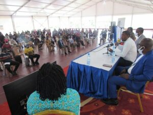 Me Bérenger Nze animant sa conférence de presse en présence d'une partie des habitants de Marseille 2 © Gabonactu.com
