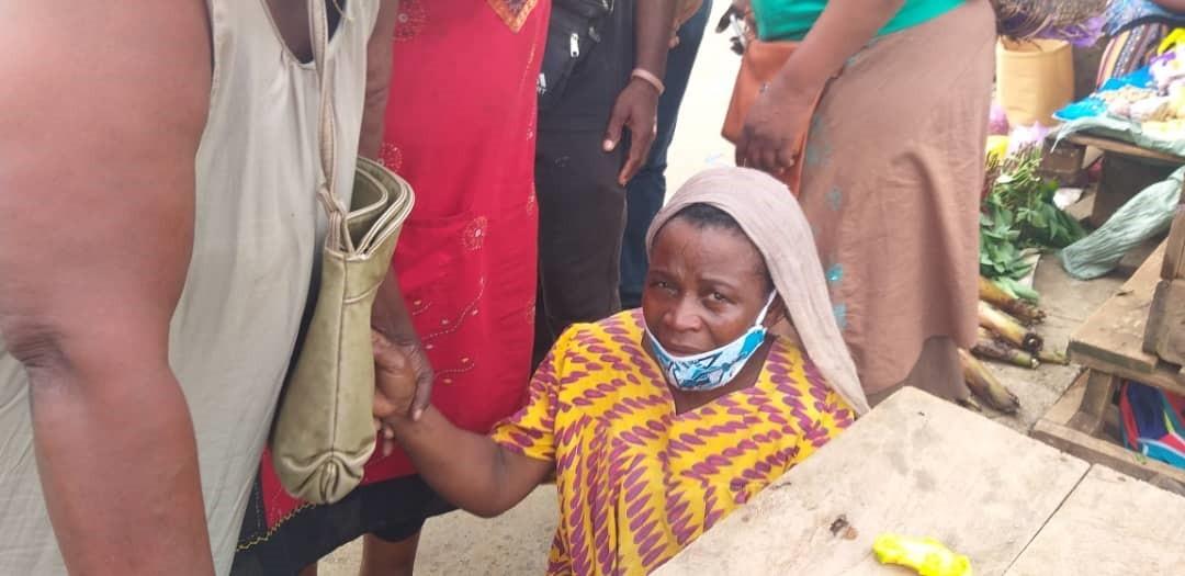 La victime secourue par des commerçantes du PK 12 après la fuite des policiers / Gabonactu.com