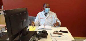 Chef de service d'urologie du CHUL, Dr Jean Massande Mouyendi durant son exposé © CHUL