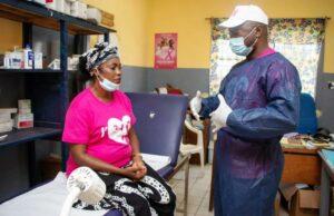 Une femme édifiée par un spécialiste avant son dépistage © D.R