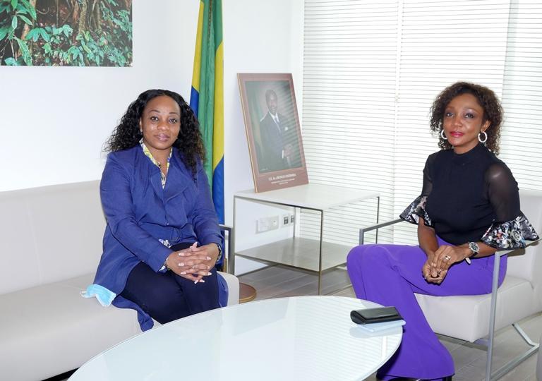 L'Ambassadeur du Gabon en France, Liliane Massala (droite) échangeant en toute convivialité avec la Ministre Prisca Nlend Koho © JS