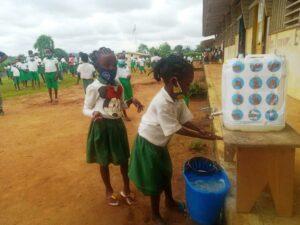 Les écoliers de l'école primaire  de l'Alliance chrétienne de Mbigou s'exécutent aux mesures barrières contre le Covid-19  ©  Gabonactu.com