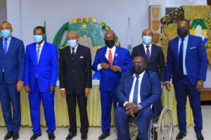 Les nouveaux militants du PDG, René Ndemezo'o Obiang, et ses lieutenants posant pour la postérité le 7 avril avec le Secrétaire général du parti, Eric Dodo Bounguendza © D.R