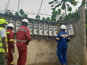 Les nouveaux compteurs installés par la SEEG après l'incendie ayant consumé  les 17 autres à Bikélé © Gabonactu.com