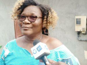 Avec le compteur électrique  désormais sur le mur de sa maison, l'abitante de Biékéle, Louisette Andem Oloui, visiblement satisfaite de la qualité du service de la SEEG © Gabonactu.com
