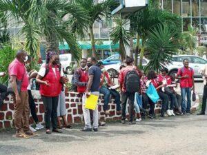 Quelques volontaires chassés le 10 juin  du siège de la Croix rouge gabonaise par la police   © Gabonactu.com