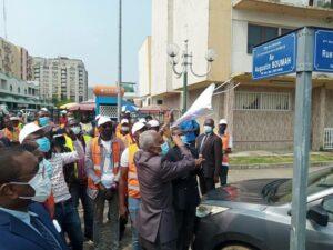 Le Maire de Libreville dévoilant le nom de la nouvelle avenue © Gabonactu.com